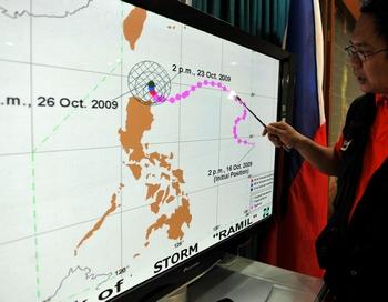 Наблюдатели за продвижением тайфуна «Лупит» (Typhoon Lupit). Фото: TED ALJIBE/AFP/Getty Images