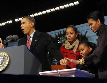 Барак Обама с семьей зажег огни рождественской елки у Белого дома. Фото: JEWEL SAMAD/AFP/Getty Images