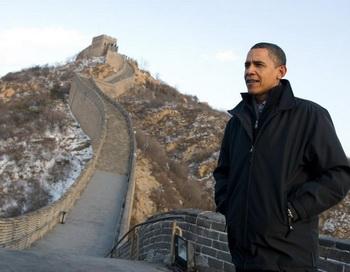 Президент США Барак Обама осматривает Великую китайскую стену в Бадалине  18 ноября 2009 г. Фото: Сауль Лоеб/AFP/Getty Images