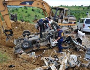 Полицейские ищут улики на месте преступления в провинции Магуинданао на юге острова Минданао 23 ноября 2009 года.  Фото:  Ted Aljibe/AFP/Getty Images