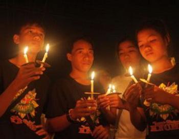 Семьи, друзья, студенты и сторонники зажгли свечки в память о тех, кто погиб в политически спланированном убийстве в провинции Магуинданао на юге острова Минданао 23 ноября 2009 года.  Фото:  Jeoffrey Maitem/Getty Images