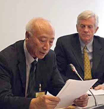 Мишель У, экс-руководитель китайской службы RFI(слева). Дэвид Килгур (справа) поясняснил, что собранные 52 доказательства приводят к следующему заключению: в Китае армия и военные госпитали, прекрасно организованные под руководством партии власти, убивают последователей Фалуньгун, чтобы использовать их органы в чрезвычайно выгодной продаже. Фото: Великая Эпоха