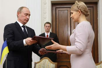 Владимир Путин и Юлия Тимошенко. Фото: ALEXEY NIKOLSKY/AFP/Getty Images
