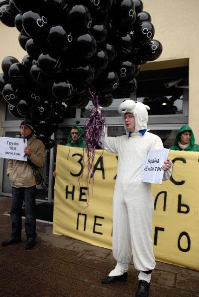Украинские экологи пикетируют Министерство охраны окружающей природной среды 2 декабря 2009 года.   Фото: Владимир Бородин/Великая Эпоха (The Epoch Times)