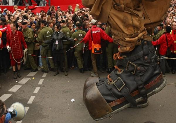 Перед Бранденбургскими воротами. Фото: AP Photo /Maya Hitij