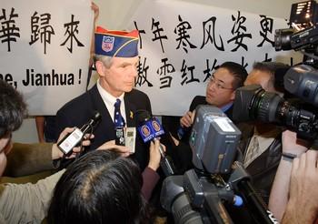Мэр города Сан-Хосе в аэропорту даёт интервью журналистам. 11 ноября 2009 год. Фото: Чжоу Жун/The Epoch Times