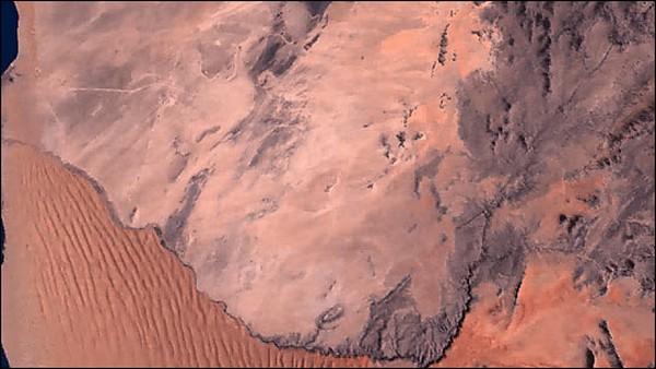 Река Куйсеб в Намибии разделяет дюны и каменную равнину. Фото: NASA, GeoEye