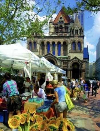 Рынок с био-продуктами на тихой площади Копли. Фото: Mahaux Photography