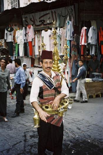 Продавец воды на восточном базаре. Фото:Бернд Крегел