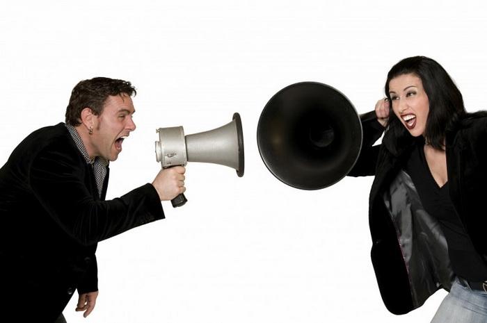 Потеря слуха имеет много социальных и эмоциональных последствий, среди которых самым типичным является отсутствие общения. Фото: Photos.com