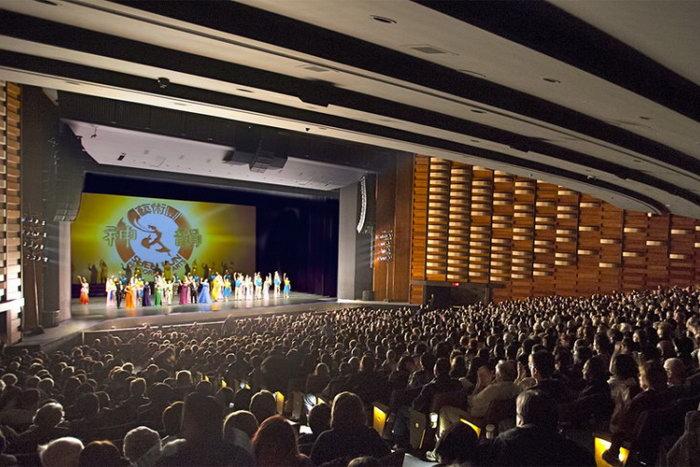 Shen Yun прощается со своей аудиторией в Торонто в ходе мирового турне в этом году. 20 января 2013 года. Фото: Эван Нин/Великая Эпоха (The Epoch Times)