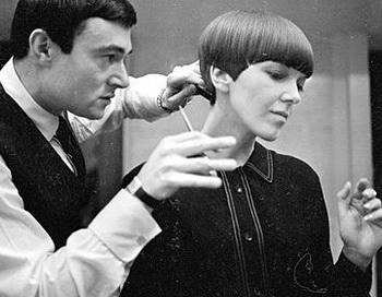 Звезда-парикмахер Видал Сассун стрижет волосы модельеру Мэри Квант. Художник причёсок умер в возрасте 84-х лет. Фото: Ronald Dumont/Getty Images