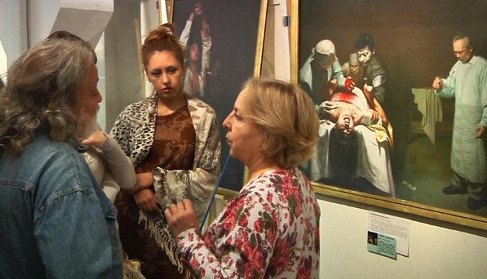 Посетители внимательно слушают рассказ экскурсовода на выставке «Истина-Доброта-Терпение». Фото: Великая Эпоха (The Epoch Times)