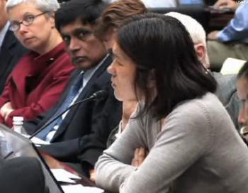 Цао Ясюэ, автор и адвокат-правозащитник, выступает на экстренном собрании по делу Чэн Гуанчэня. Софья Ричардсон (слева) из организации Human Rights Watch и Т. Кумар (в центре) из Amnesty International следят за ходом слушаний. Фото: CECC