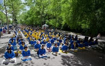 Сотни последователей Фалунь Дафа медитируют перед зданием ООН в Нью-Йорке. Фото: Великая Эпоха (The Epoch Times)