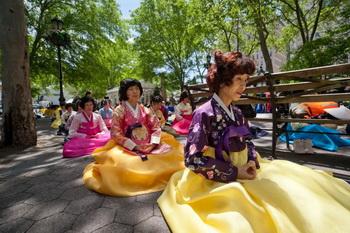 Корейские последователи Фалунь Дафа медитируют недалеко от здания ООН, Нью-Йорк, 11 мая. Фото: Великая Эпоха (The Epoch Times)