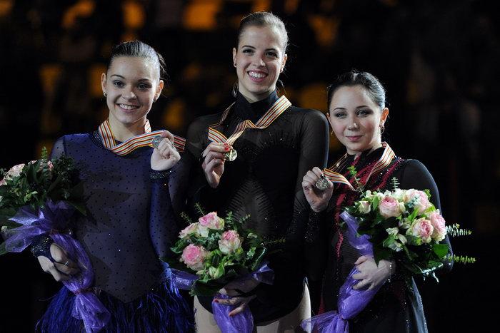 Аделина Сотникова (L), Королина Костнер (C), Елизавета Туктамышева (R). Фото: ATTILA KISBENEDEK/AFP/GettyImages