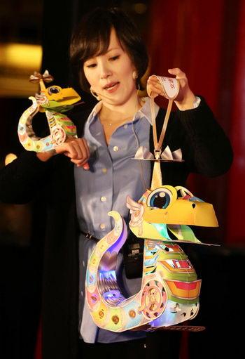 Тайваньская изобретательница изготовила лампу-змею, чтобы отпраздновать год Змеи: Фото: Central News Agency
