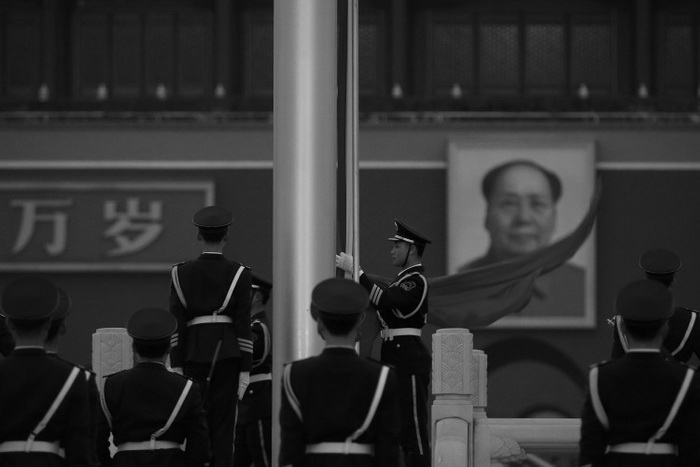 Полицейский устанавливает флаг PRC перед портретом Мао Цзэдуна на площади Тяньаньмэнь в Пекине 2 марта. Китайское центральное телевидение недавно цитировало Мао, сказавшего, что он был готов увидеть сотни миллионов убитых китайцев. Фото: Feng Li/Getty Images