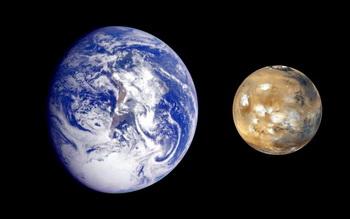 Композиция изображений Земли и Марса создана, чтобы позволить зрителям получить лучшее представление о размерах этих двух планет. Это не действительное расстояние между этими двумя планетами. Фото: NASA