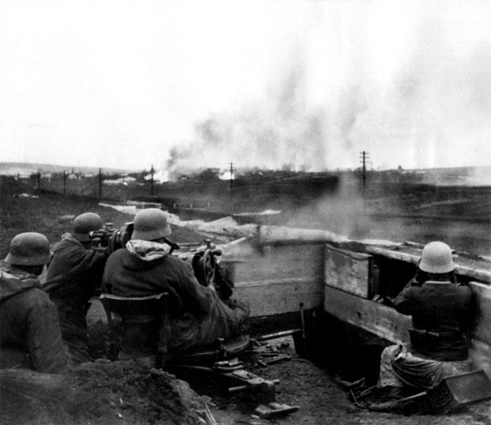 Немецкие солдаты ведут огонь из 20-мм зенитного орудия Flak 30 по наземной цели. Фото: waralbum.ru