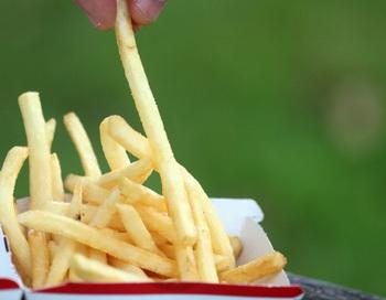 Привычка перехватить здесь, перекусить там может легко привести к набору сотен избыточных калорий. Фото: Getty Images
