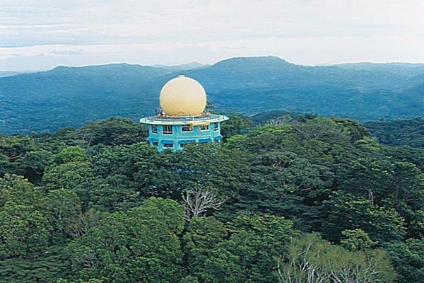 Башня Канопи -  бывшая американская радарная установка, выходящая на Панамский канал. (С.В.Эллис)
