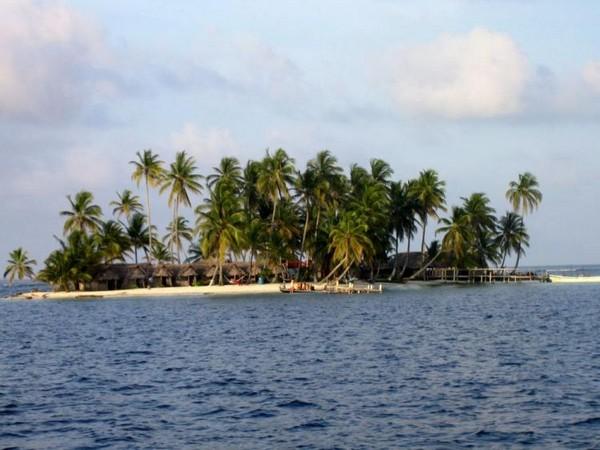 Гости Куна Ялы в Панаме могут остановиться в эко-хижинах на таких же крошечных островах как этот. (C.W. Elllis)