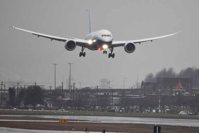 В самолёте Boeing 787 Dreamliner, летевшем из Денвера в Токио, возникла неполадка — вечером во вторник он вынужденно приземлился в Сиэтле. Фото: Stephen Brashear/Getty Images
