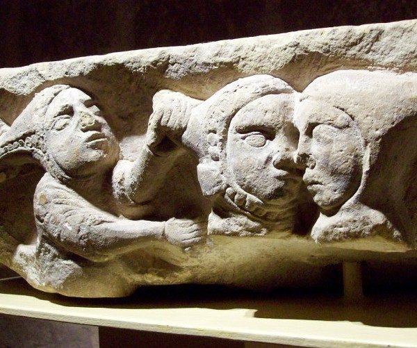На замковом средневековом камне изображена ревность или зависть, один из семи смертных грехов. (Courtesy of Susan James)