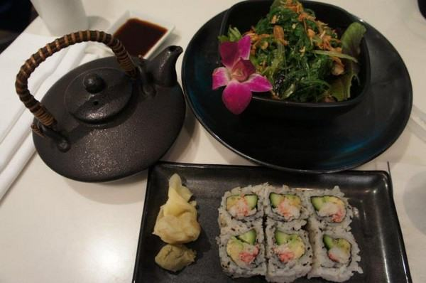 Калифорнийский ролл и салат из морских водорослей в суши-баре Моримото, Boca Resort and Spa. Фото: Beverly Mann