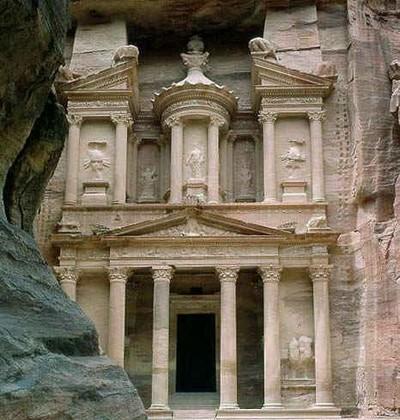 Храм Эль-Хазне - сокровищница фараона - прекраснейшее здание Петры. Фото: adventure-travel.org.uk