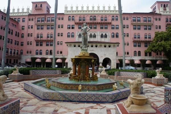 Вход в элегантный Boca Raton Beach Resort and Spa. SPA-центр Palazzo был построен по образцу Альгамбра, мавританского дворца в Испании. Фото: Beverly Mann