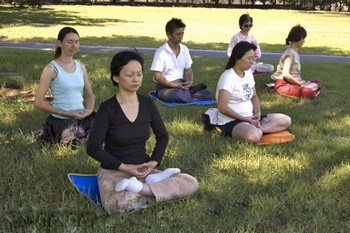 Медитирующие последователи Фалуньгун. Фото: The Epoch Times