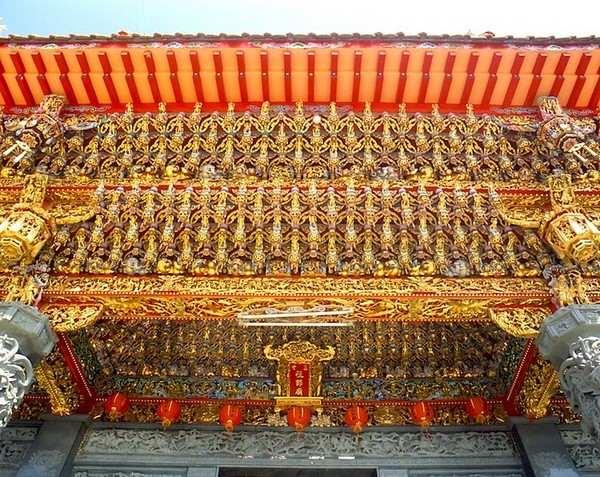 Богато украшенный резьбой храм Tianhou Gong (Храм небесной Матери). 400-летний храм в честь богини Мацзу, покровительницы рыбаков и моряков. (Courtesy of Taiwan Tourism)