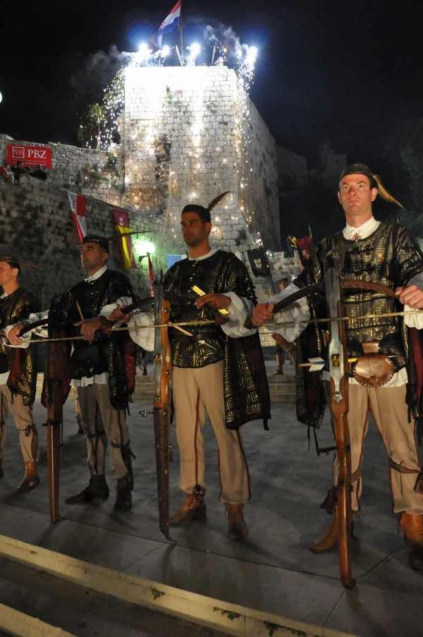 Лучники: Одетые в традиционные наряды на Средневековом фестивале «Рабска Фьера», который проходит с мая по август на Хорватском острове Раб. Фото предоставлено туристическим офисом Раб