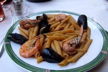 Блюдо местной кухни с морепродуктами. Фото: Michael Varga