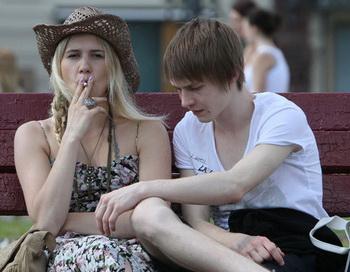 Молодые люди на одной из улиц Москвы. Фото РИА Новости