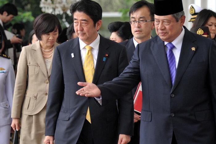 Премьер-министр Японии Синдзо Абэ (C). Фото: BAY ISMOYO/AFP/Getty Images