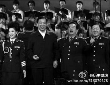 Ныне опальный Бо Силай с Ли Шуанцзяном (справа) и его женой Мэн Гэ исполняют революционную песню в Чунцине в ноябре 2010 года. Недавно СМИ массово освещали арест сына Ли, Ли Тяньи. Фото с сайта weibo.com