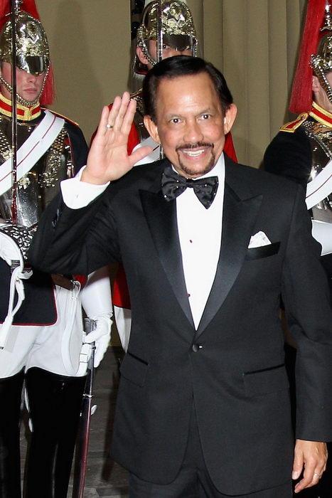 Хассанал Болкиах (слева), султан Брунея, на обеде для суверенных монархов в честь бриллиантового юбилея королевы в Букингемском дворце, 18 мая 2012 года, Лондон, Англия. Фото: Chris Jackson/Getty Images