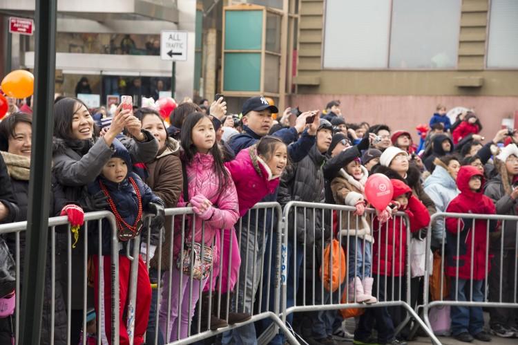 Люди всех возрастов с удовольствием смотрели ежегодный китайский Новогодний парад во Флашинге, Нью-Йорк, 16 февраля. Фото: Dai Bing/The Epoch Times