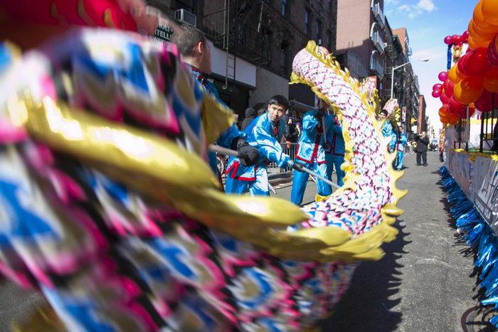 Последователи Фалунь Дафа празднуют Новый год в китайском квартале Манхэттена 17 февраля несмотря на то, что были отвергнуты организаторами парада. Фото: Samira Bouaou/The Epoch Times