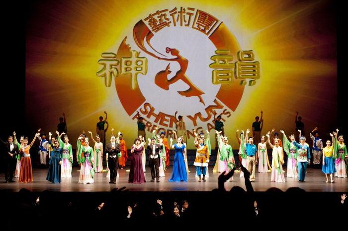 Труппа Shen Yun Performing Arts в Линкольн-центре, апрель 2012 года. Фото: Dai Bing/Великая Эпоха (The Epoch Times)