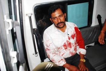 Раненый мужчина в машине скорой помощи на месте взрыва после террористической атаки в Дилсук Нагар, Хайдарабад, Индия, 21 февраля 2013 г. Фото: Rajesh Khanna Atmakur