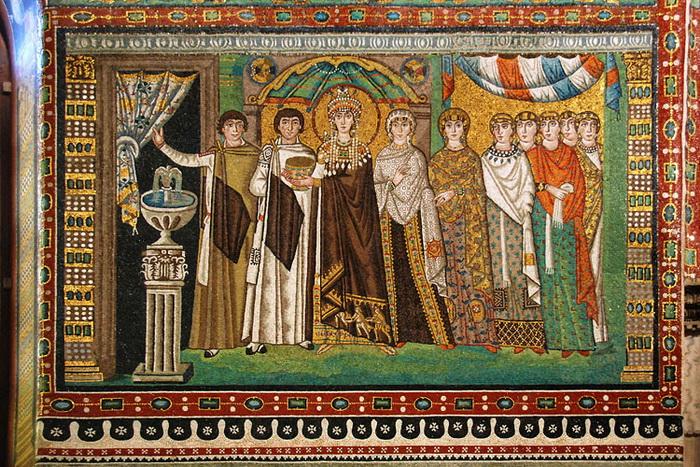 Императрица Феодора со свитой. Мозаика в церкви Сан-Витале, Ровенна, Италия, 547 год. Фото:  bellabs.ru