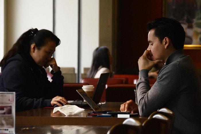 Пекинцы пользуются своими ноутбуками в кафе, ноябрь 2012 г. Цензура постов в Интернете стала большим бизнесом в Китае. Фото: Wang Zhao/AFP/Getty Images