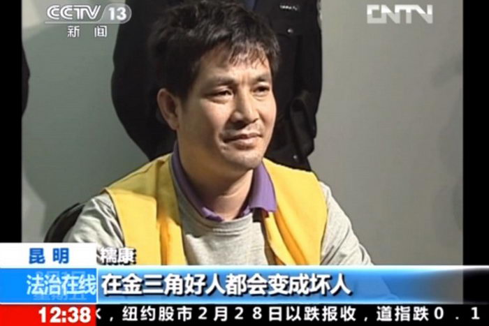 Этот кадр, взятый из программы китайского телевизионного кабельного телевидения 1 марта 2013 г., показывает осуждённого убийцу и главаря банды Нау Кам из Бирмы, согласившегося на интервью, прежде чем он был перевезён для казни в провинцию Юньнань. Фото: STR/AFP/Getty Images