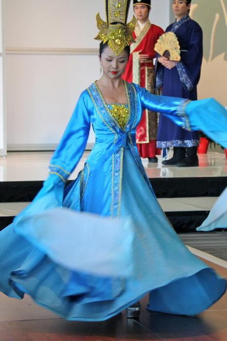 Девушка танцует в типичной одежде династии Тан. Плывущие длинные рукава подчёркивают танцевальные движения, Оттава, 17 ноября 2012 года. Фото: Pam McLennan/The Epoch Times
