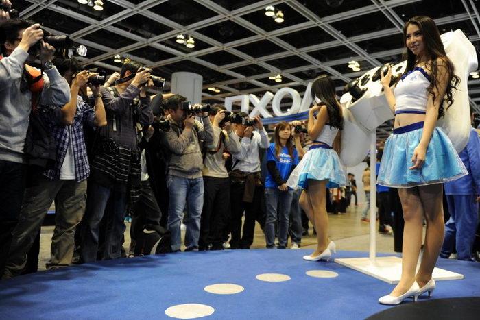 Фотографы снимают стэндисток на промоакции Sony Playstation во время шоу «Игры Азии» (AGS) в Гонконге 22 декабря 2012 года. Фото: Dale де-ла-Рей /AFP/Getty Images